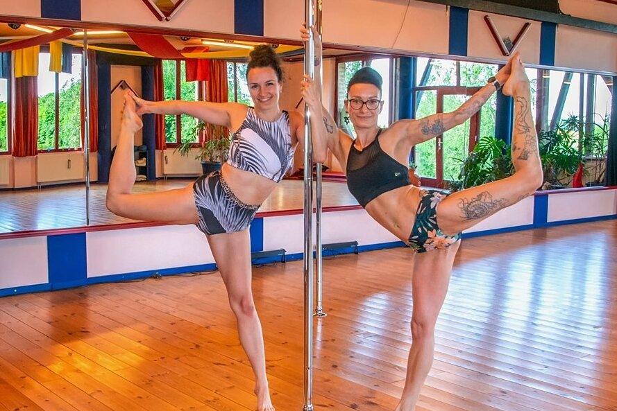 Karolin Scholze und Nadine Mensdorf werben für Poledance als Sportart.