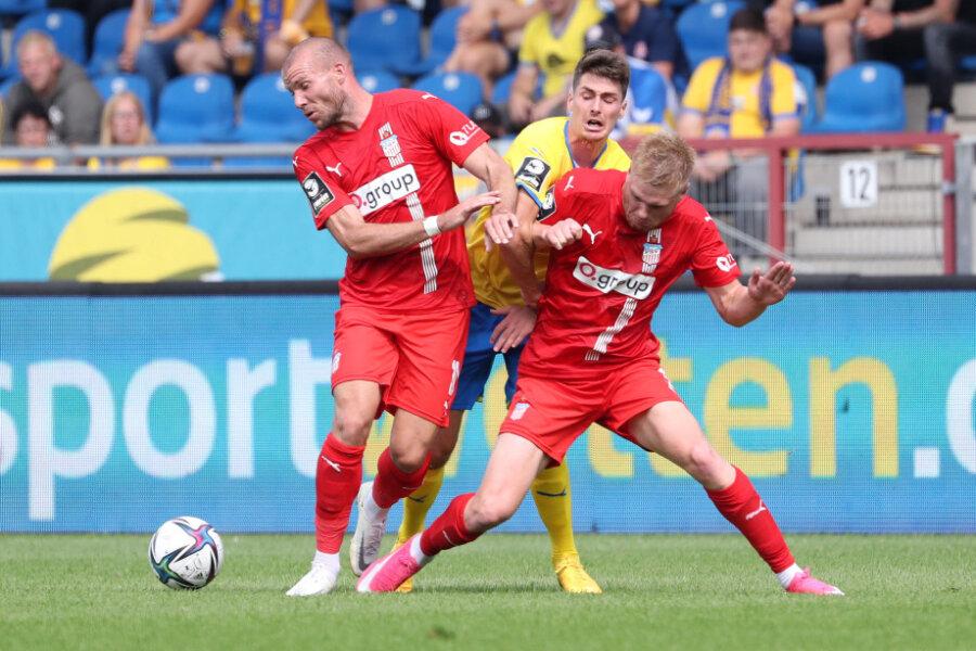 Manfred Starke (10, Zwickau), Danilo Wiebe (23, Braunschweig), Lars Lokotsch (9, Zwickau) kämpfen um den Ball.