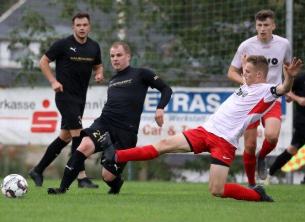Hart umkämpfte Partie: Nils Leuschner vom Oberlungwitzer SV (rechts) und Rico Bär von Fortschritt Lichtenstein schenkten sich nichts. Der Lichtensteiner musste früh ausgewechselt werden.