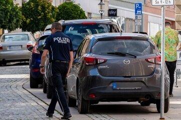 Die flexible Einsatzgruppe des Ordnungsamtes kurz vor 16.30 Uhr beim Kontrollgang in der unteren Zwickauer Straße.