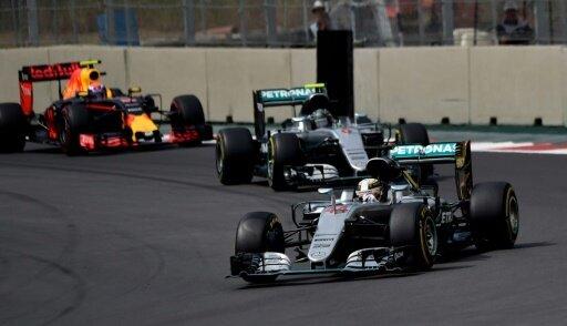 Lewis Hamilton führt das Feld weiter an