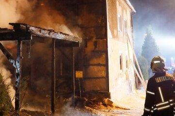 Erst brannte das Carport, danach das Wohnhaus an der Schulgasse in Röhrsdorf. Beides ist nicht mehr nutzbar.