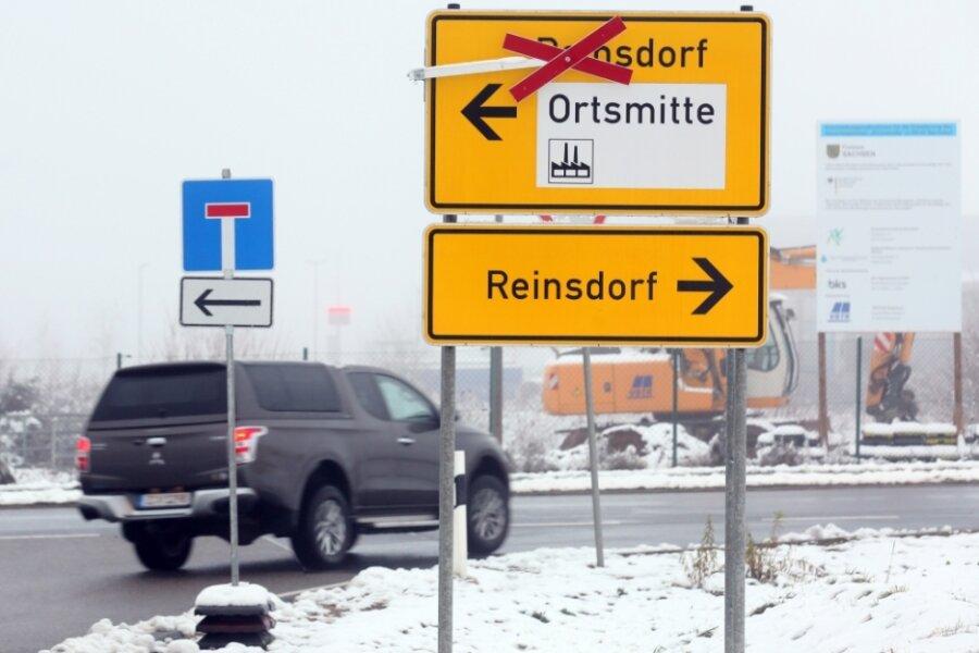 Die Umleitung wegen des Baus der Brücke Kirchstraße in Reinsdorf bleibt länger bestehen als geplant. Darauf werden die Fahrzeugführer an der Kreuzung nahe der Firma Astra Industrieanlagen im Gewerbegebiet hingewiesen. Wer in die Dorfmitte von Reinsdorf will, muss derzeit nach rechts in die Gabelsbergerstraße abbiegen.