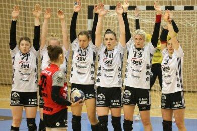 Vor allem dank einer erneut starken Abwehrleistung gewannen die Zwickauer Handballerinnen am Samstag ihr Heimspiel gegen die TG Nürtingen. Nicht nur wie in dieser Szene bei einem direkten Freiwurf mit Ablauf der letzten Spielminute war für die Gästespielerinnen kaum ein Durchkommen vor dem Tor von Ela Szott.