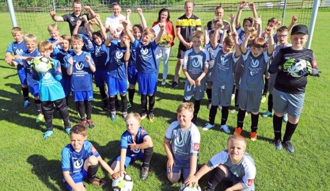Claudia Linke (hinten Mitte) freut sich mit Trainern und jungen Spielern, dass das Training endlich wieder möglich ist.