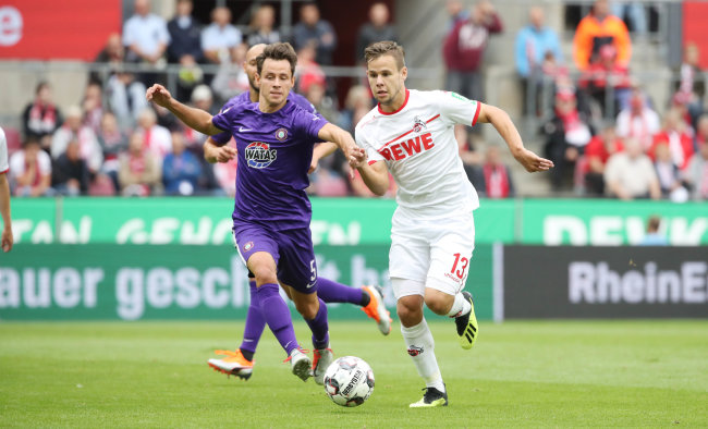 Clemens Fandrich vom FCE (links) und der Kölner Louis Schaub im Zweikampf.