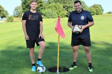 Bildeten beim Footgolfturnier in Gahlenz ein Team: Paul Schmieder aus Falkenau (r.) und der Freiberger Felix Matthes.