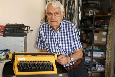 Eberhard Drechsel kennt die Reiseschreibmaschine Erika in- und auswendig. Viele Jahre hat er mechanische und elektrische Schreibmaschinen repariert. Die Computertechnik machte sie zu Auslaufmodellen.
