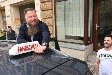 Ungeduldig waren sie beide, bis es endlich wieder losging: Fahrschulchef Markus Höchst (Mitte) vom Sonnenberg und sein Fahrschüler Orhan Rasho (rechts), der den Führerschein als angehender Elektriker auch beruflich dringend braucht.