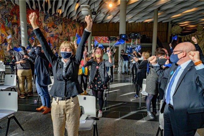 Jubel nach der Bekanntgabe des Chemnitzer Titelgewinns per Livestream im Foyer der Stadthalle: Barbara Ludwig (links) und Sven Schulze (rechts) freuen sich über die Entscheidung.