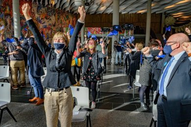 Jubel nach der Bekanntgabe des Chemnitzer Titelgewinns per Livestream am Mittwoch im Foyer der Stadthalle: Oberbürgermeisterin Barbara Ludwig (links) und ihr Amtsnachfolger Sven Schulze (rechts) freuen sich über die Entscheidung.