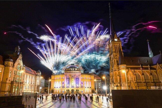 Auf dem Theaterplatz wurde nach der Entscheidung mit einem Feuerwerk gefeiert.