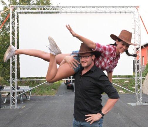 Auf der großen Leinwand: Lilly Knauth und Maximilian Eckhardt haben die Besucher vor dem Film mit einer Tanzeinlage überrascht.