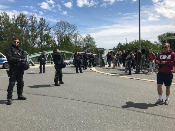 An der Brücke Bernhardstraße sammeln sich Polizei und Demonstranten.