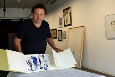 """Mathias Lindner, Direktor der Neuen Sächsischen Galerie, ist stolz auf das außergewöhnliche Buch mit dem Titel """"Stadt mit zwei Namen""""."""