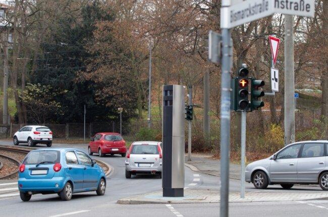 In Lauerstellung: Plauens neuer Rotlichtblitzer steht seit Donnerstag, ist aber noch nicht in Betrieb.