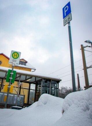 Schnee blockierte den Parkplatz am Bahnhof in Oederan.