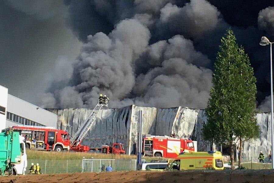 Die Feuerwehr war pausenlos im Einsatz, um das Feuer zu löschen. Gebrannt hatte die obere der beiden GTO-Hallen.