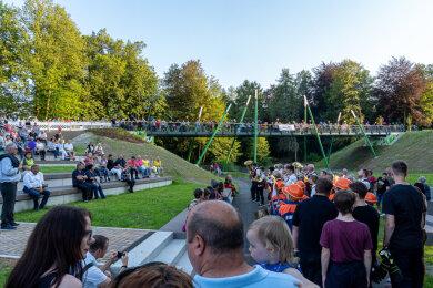 Zahlreiche Schaulustige verfolgten am Freitag die Einweihung der neuen Brücke in Rodewisch.