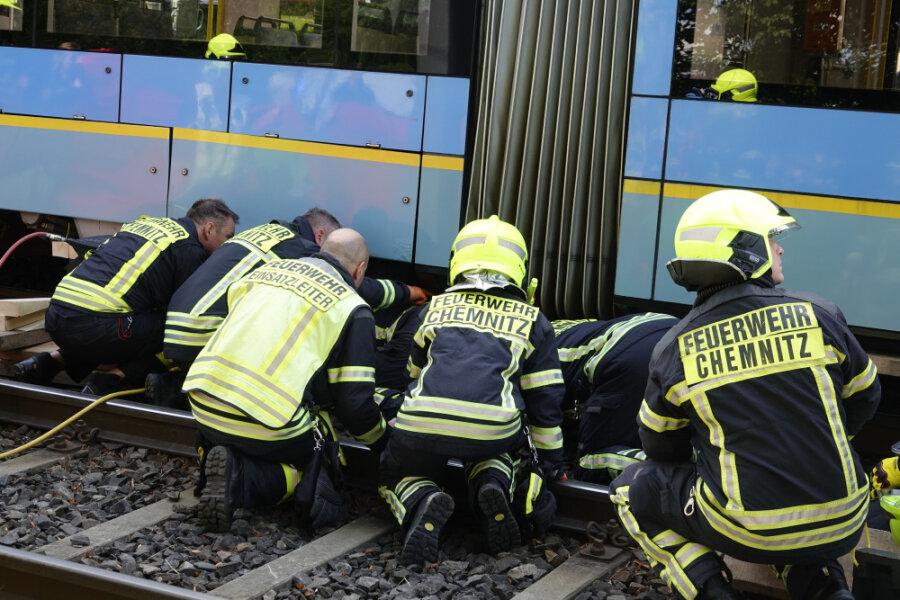 Feuerwehr befreit unter Straßenbahn eingeklemmte Radfahrerin