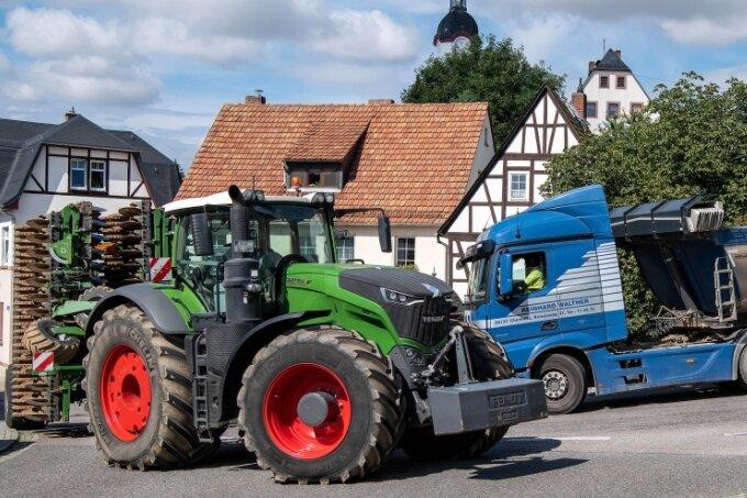 Der Begegnungsverkehr auf der Ortsdurchgangsstraße in Wechselburg ist nach wie vor Zentimeterarbeit. Seit dem Ende der Bauarbeiten an der B 107 bleibt der Fernverkehr durch den Ort aber aus.
