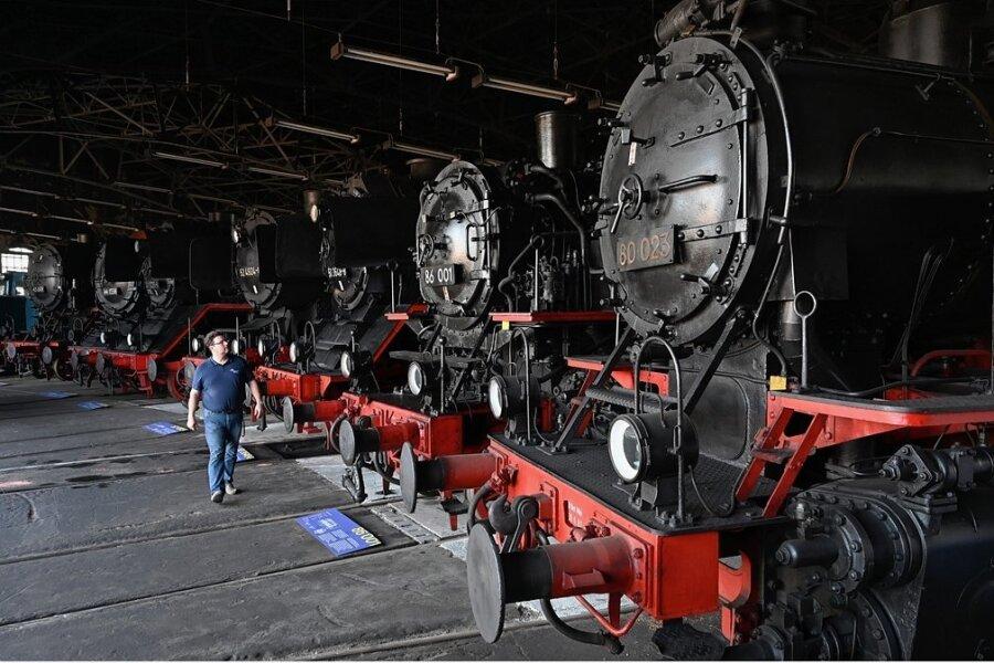 Kurator Maximilian Claudius Noack kann viel über alte Lokomotiven und Eisenbahnen erzählen.