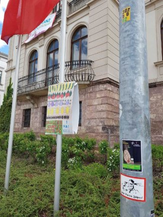 "Plakate und Aufkleber entlang der Marschrute des ""III. Weges""."