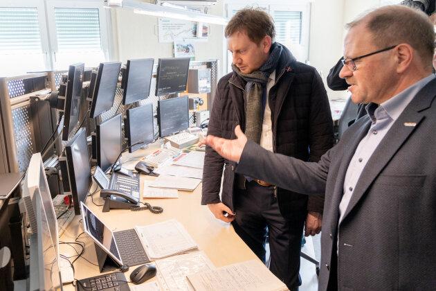 Lutz Mehlhorn zeigt Sachsens Ministerpräsident Michael Kretschmar das Stellwerk des Bahnhofs Annaberg-Buchholz Süd.