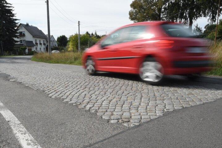 Kopfsteinpflaster in der Mitte, kein Fußweg an der Seite: Abschnitte der Ortsdurchfahrt in Niederfrohna verlangen den Verkehrsteilnehmern einiges ab. Das wird vorerst auch so bleiben.
