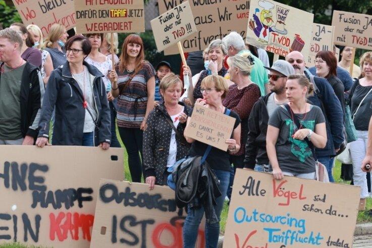 250 Demonstranten, so schätzen es Verdi und die Polizei ein, haben am Mittwoch die Kreisräte empfangen. Sie vertraten die Belegschaften in den Kliniken Annaberg, Stollberg sowie Zschopau/Olbernhau.