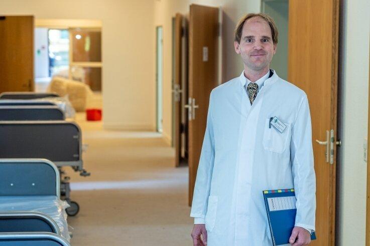 Neuer Chefarzt der Klinik für Psychiatrie, Psychotherapie und Psychosomatik: Professor Christoph Schultz. Der45-Jährige ist zugleich Ärztlicher Direktor des Gesamtklinikums. Hier im Bild in der neuen Station für Schizophrenie, die im September eröffnet werden soll.