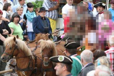 2016 war der jetzige Angeklagte noch mit einer Pony-Kutsche beim Rosenfest unterwegs.