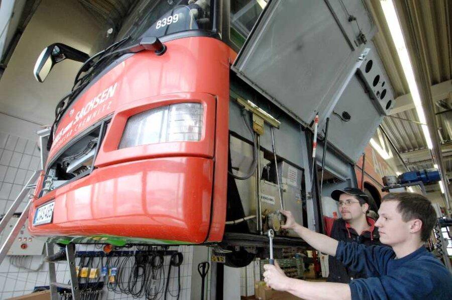 David Schwandt (vorn) ist einer von 17 Lehrlingen, die zurzeit in der Autobus Sachsen GmbH ausgebildet werden. Er arbeitet mit Markus Tanne in der Werkstatt der Limbacher Niederlassung.