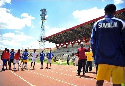 Während auf der ganzen Welt Millionen Menschen den Beginn der Fußball-Weltmeisterschaft in Südafrika gefeiert haben, können Fans im westafrikanischen Somalia das Großereignis wenn überhaupt, dann nur unter Lebensgefahr verfolgen. Die radikalislamischen Shebab-Milizen haben nicht nur Kinos und DVDs verboten, sondern auch allgemein jede Form der Unterhaltung. Das Archivfoto zeigt Spieler der somalischen Fußball-Nationalmannschaft bei einer Trainingseinheit in der kenianischen Hauptstadt Nairobi.