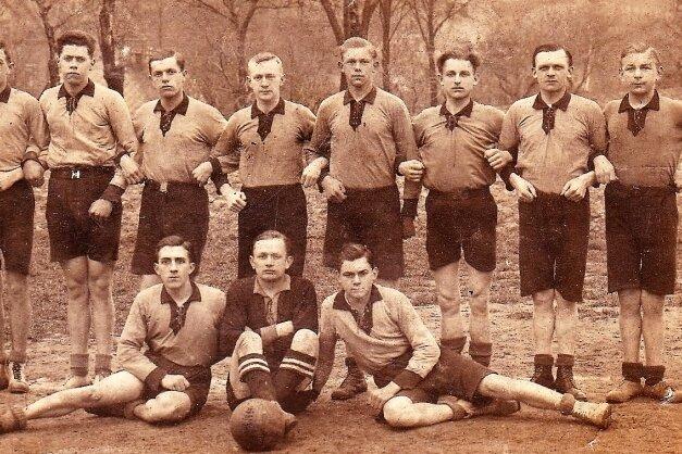 Männer der ersten Stunde: Im Juni 1921 ist in Niederwiesa erstmals Handball gespielt worden. Bald soll eine Stele im Ort daran erinnern.