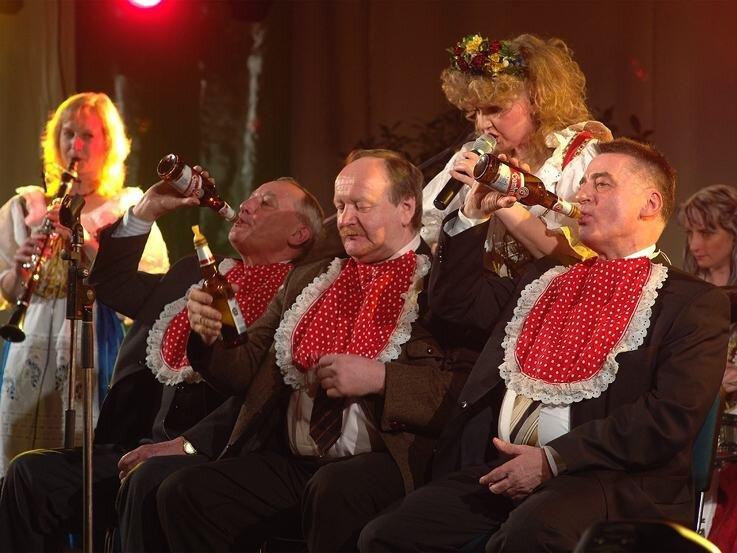 Sorgten beim Bierwetttrinken (mit Schnuller) für Gelächter: Friseurmeister Bernd Thiele, Brauereichef Maximilian Hösl und Bürgermeister Thomas Eulenberger (von links). Dazu gab's böhmische Musik.