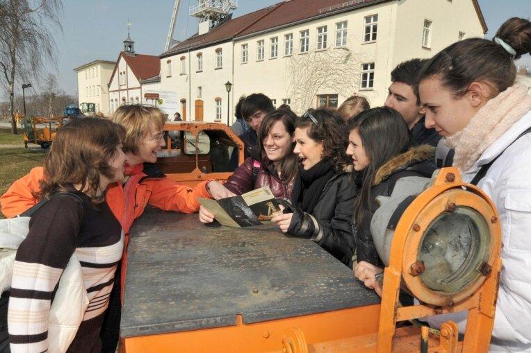 Aufregung vor der Einfahrt in den Schacht: Schüler des Freiberger Schollgymnasiums und ihre Gastschüler aus dem italienischen Terni erkundigen sich bei Lehrerin Undine Kaden (2. von links).