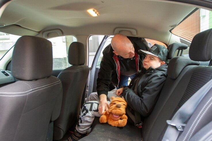 Wenn Colin zumindest erst einmal im Auto sitzt, kann Vater Frank kurz aufatmen, doch dann beginnt die nächste Plage, das Beladen des Fahrzeugs.