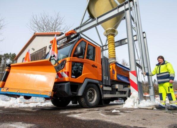 Bauhofmitarbeiter Roy Böttcher befüllt auf dem Bauhofgelände in Lunzenau ein Winterdienstfahrzeug mit Streusalz.