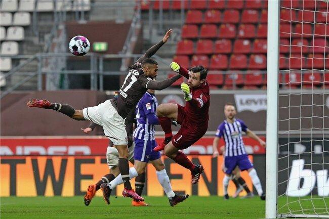 Turbulent ging es beim 2:2 im Hinspiel im Dezember am Millerntor zu. Hier rettet Aues Torwart Martin Männel vor St. Paulis Daniel-Kofi Kyereh.