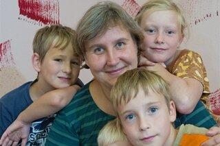 Alle auf einem Haufen: Jonas, Kinderdorfmutter Ines, John, Max und Janette (von links) sind eine Kinderdorffamilie in Zwickau.