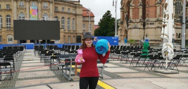 """Janice Schmelzer unterstützt obdachlose Menschen. Auf ihre Initiative hin wurde die Veranstaltung """"Sleep Out"""" bei den Filmnächten organisiert. Besucher können dann auch Geld ins Spendensparschwein Rosalie stecken."""