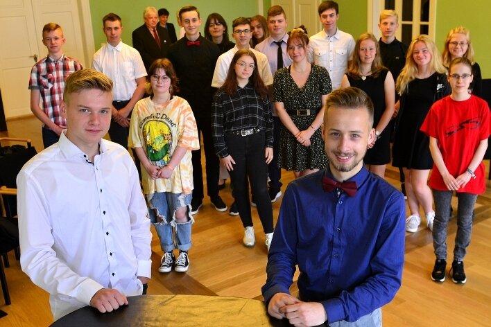 Die Jahrgangsbesten Jaden Dietze (l.) und Luc Enz (r.) im Kreis der erfolgreichen Schulabsolventen in Hainichen.