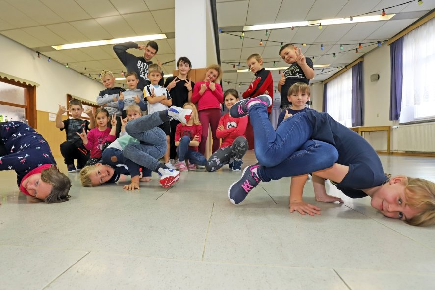 Dennis Weyreder alias Denzko (hinten) mit den Kindern vom Breakdance-Kurs im Jugendfreizeitzentrum Brand-Erbisdorf.