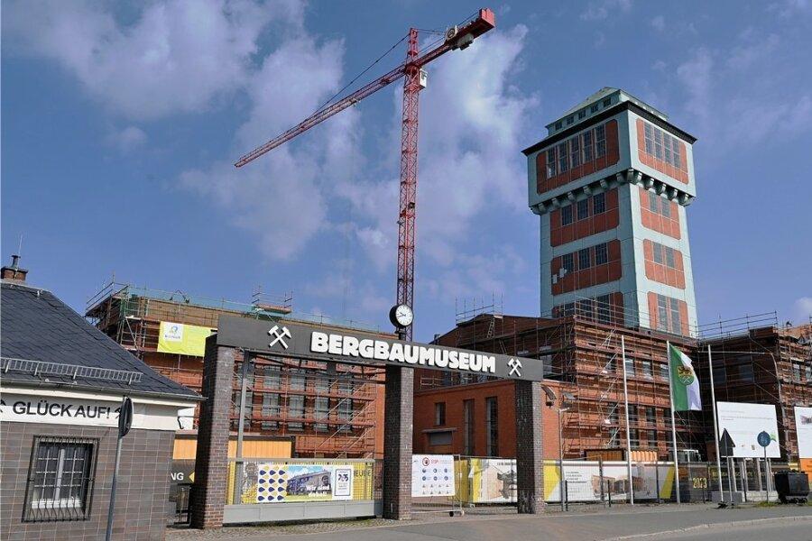 Der Baukran am Bergbaumuseum überragt selbst den Turm, was zunächst nicht geplant war.
