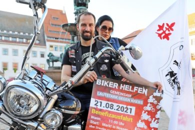 """Kati Hofmann von den Motorradfreunden Nossen und Kenneth Hädecke für den Verein """"Rock um zu helfen"""" organisieren das Benefiz-Biker-Treffen auf dem Freiberger Obermarkt."""