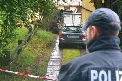 Ein Ermittler der Kriminalpolizei sichert am Montagabend den Fundort der Leiche. Die 17-jährige Anneli wurde bei einer groß angelegten Suchaktion in einem verlassenen Gehöft bei Klipphausen gefunden.
