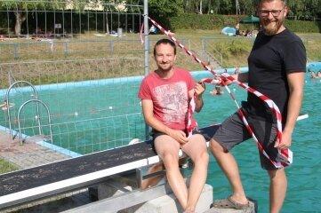 Rico Kaden (l.) und Falk Weber vom Bad-Förderverein am neuen Sprungbrett. Nun fehlt nur noch der Segen vom Tüv.