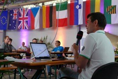 Hielt nicht nur das Mikro, sondern auch die organisatorischen Fäden in der Hand: Markus Uhlig (rechts). Sein Fliegerclub Großrückerswalde hatte der Halle des Flugplatzes internationales Flair verliehen.