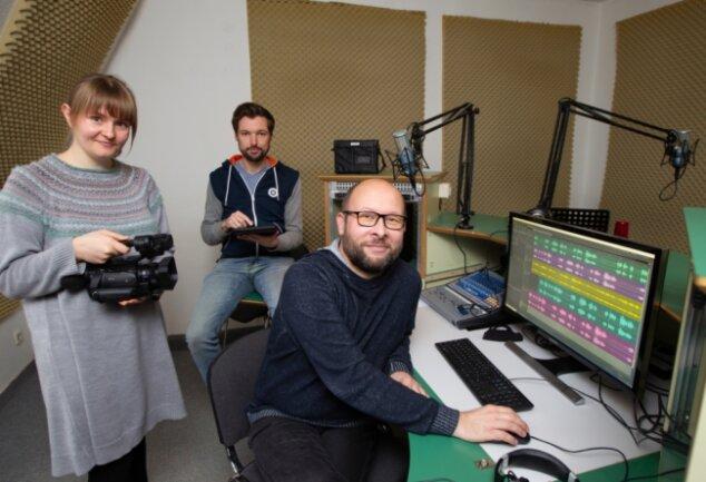 Marie-Therese Stedry, Kevin Meinel und André Zühlke arbeiten im Plauener Studio des Sächsischen Ausbildungs- und Erprobungskanals (SAEK). Ob es das im nächsten Sommer noch gibt, ist derzeit ungewiss.